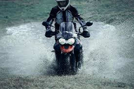 conduccion-bajo-lluvia-en-moto